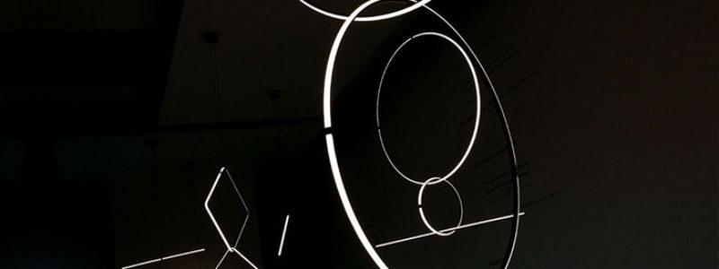 """Le nuove lampade """"Arrangements"""" by Flos ispirate ai gioielli e la particolare Overlap"""